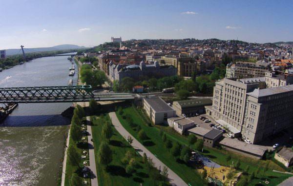 Wunderschöne Luftaufnahme von Bratislava & der Donau